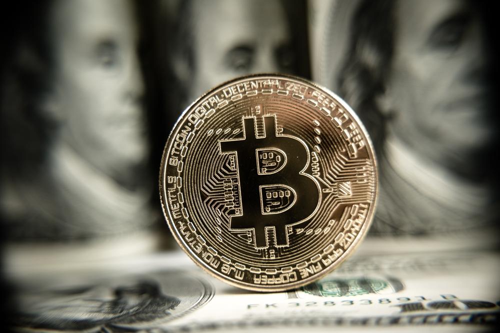 Montagem com notas de dólares e simbolo do bitcoin