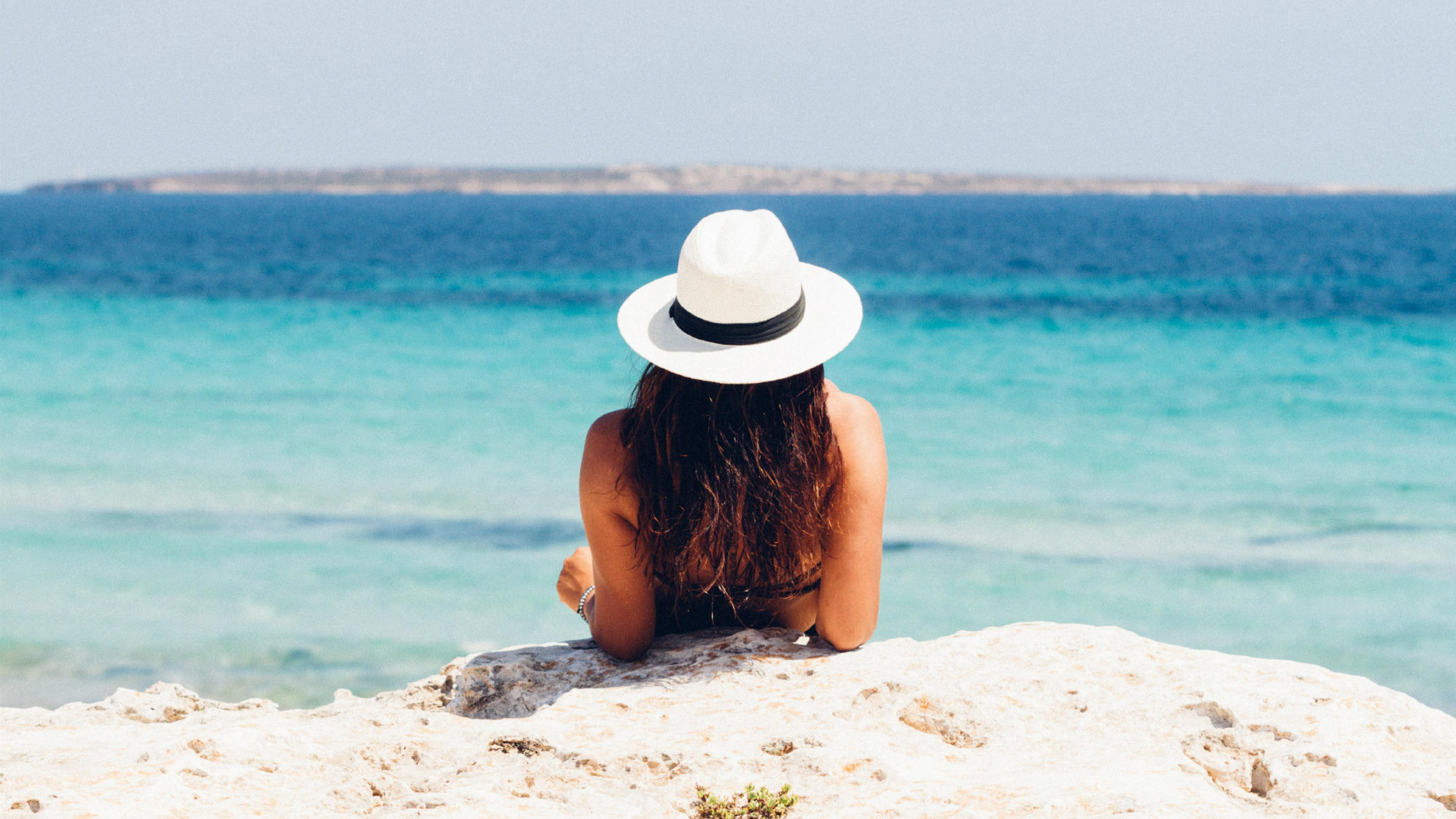 Mulher relaxa na praia