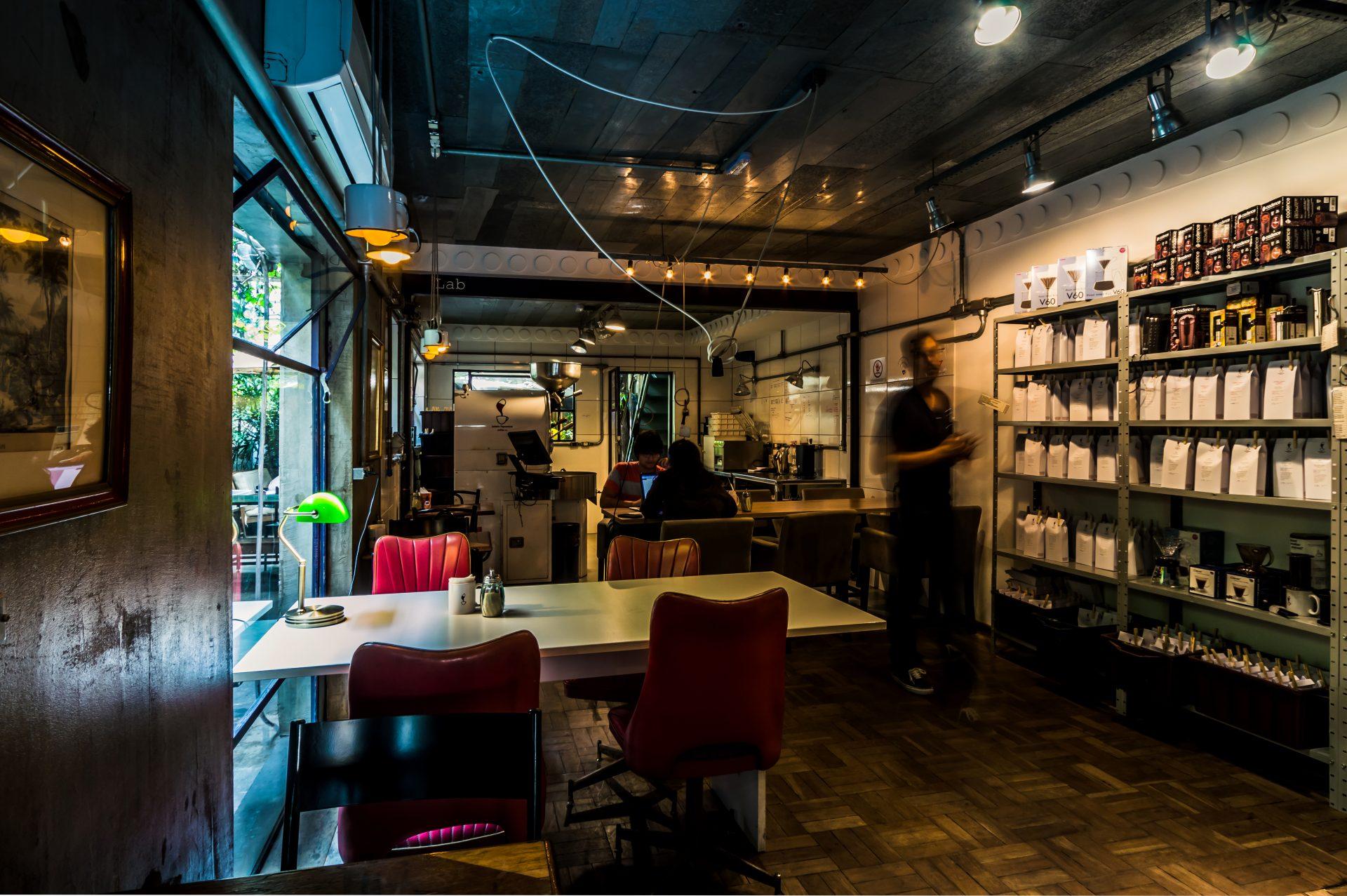 O Coffee Lab, na capital paulista, abrange a torra, degustação e preparo de cafés especiais