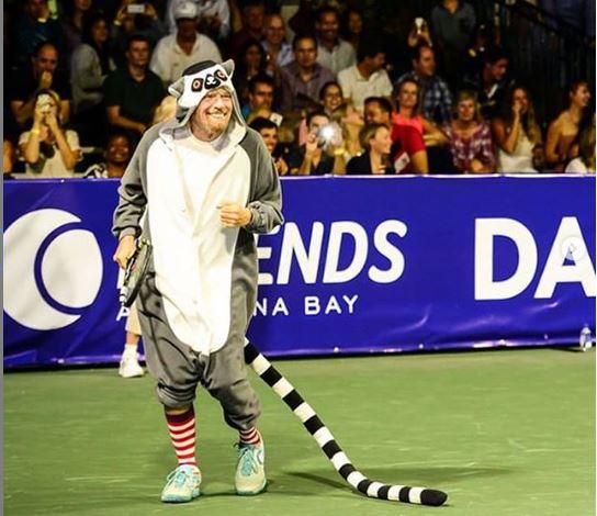 Richard Branson fantasiado durante o torneio de tênis Necker Cup