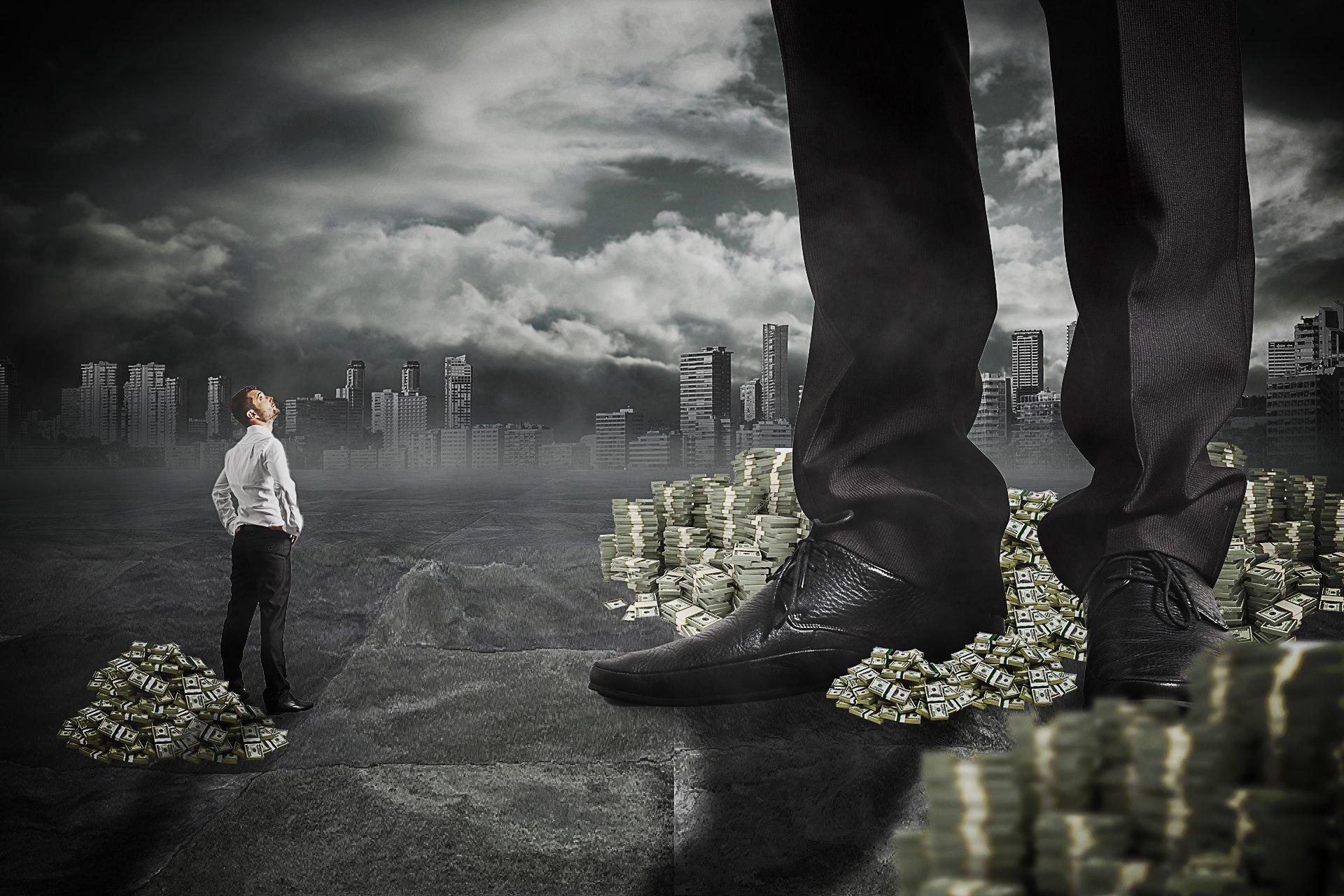 Imagem mostra homem observando 'gigante' em cima de pilha de dinheiro
