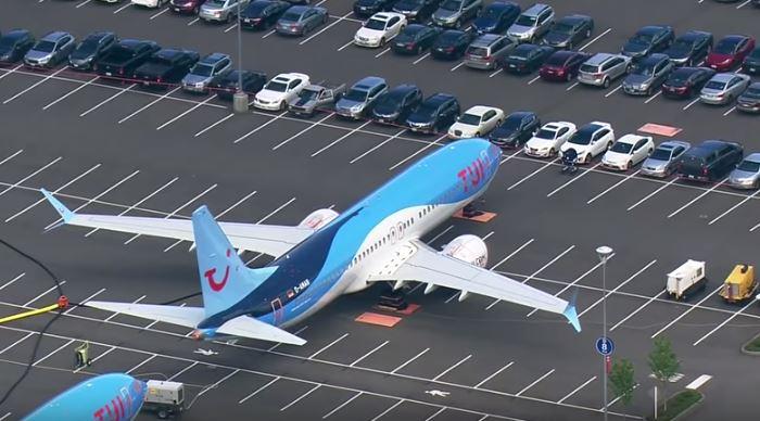 Boeing 737 Max no estacionamento da fábrica