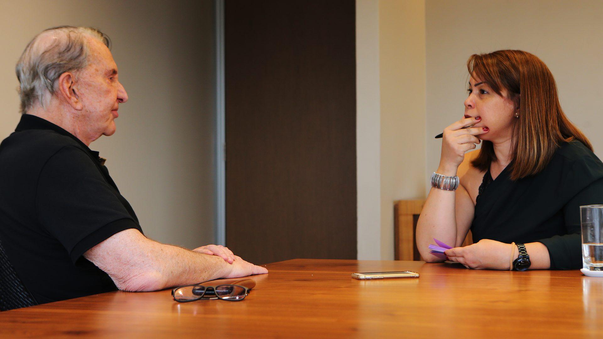 Claudio Galeazzi em entrevista a repórter Daniele Madureira