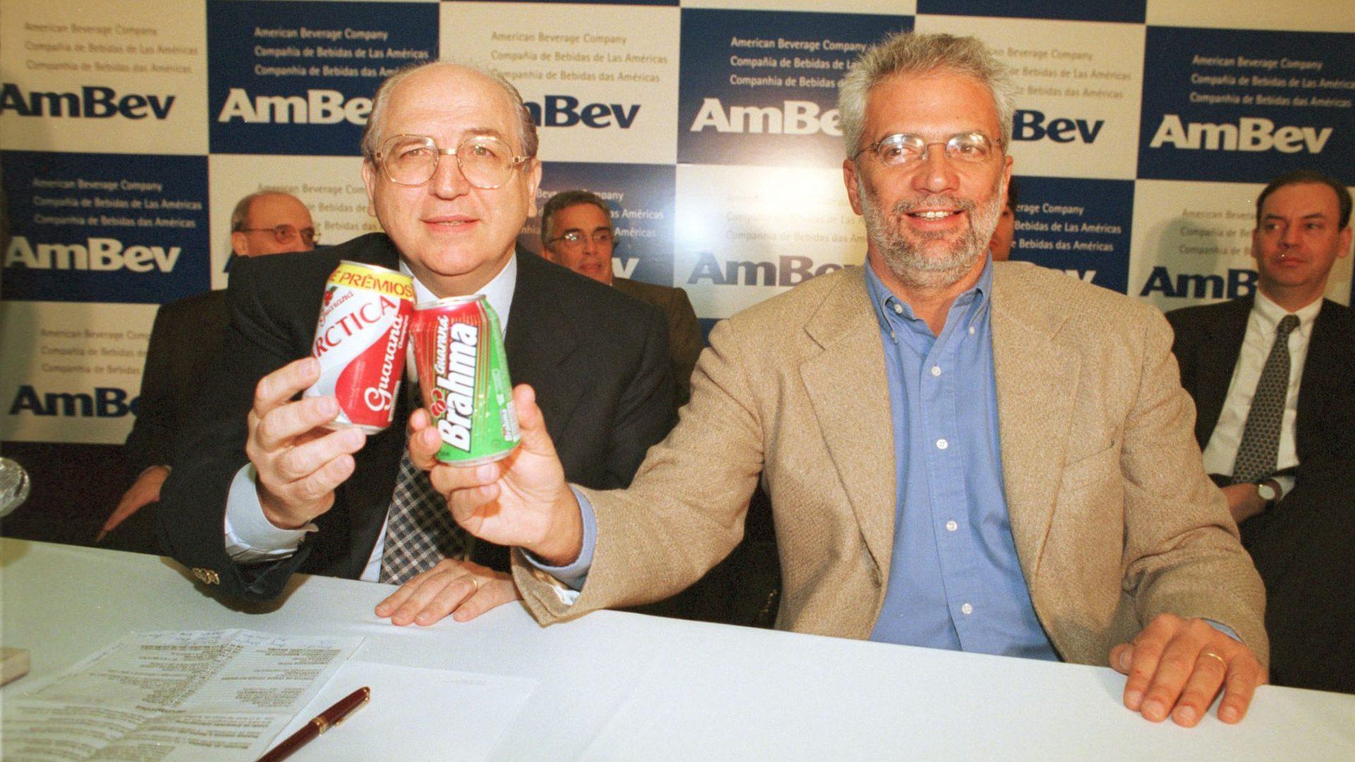 Retrato de Victorio Carlos de Marchi (esquerda), diretor geral da Antarctica, ao lado de Marcel H. Telles, presidente do conselho de administração da Brahma durante o anúncio da união das empresas criando-se assim a Ambev em 02/07/1999.