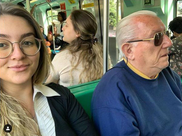 Luiz Barsi e sua filha Louise no metrô de São Paulo