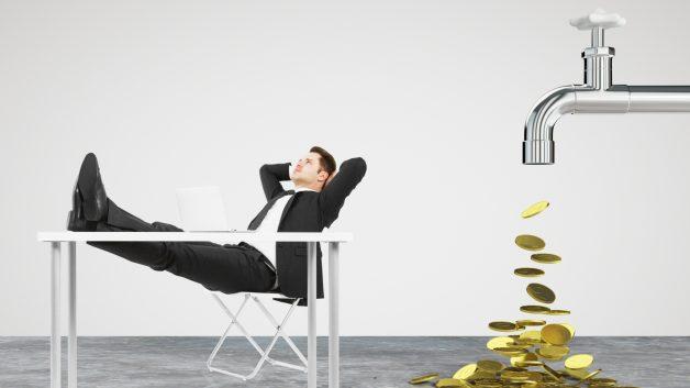 Montagem mostra homem descansando enquanto moedas pingam em torneira