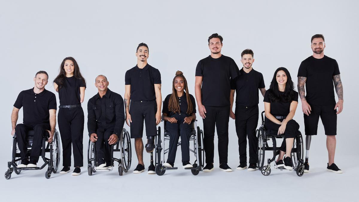 Foto mostrando pessoas com deficiência (PCDs) usando roupas da linha Adapt, da Reserva